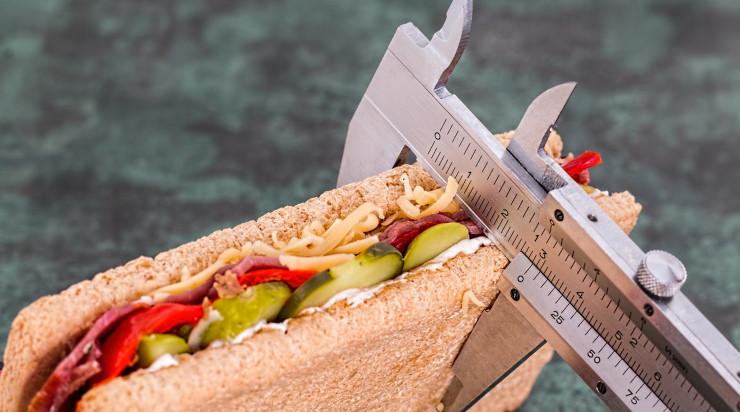 Sandwich measured by a ruler